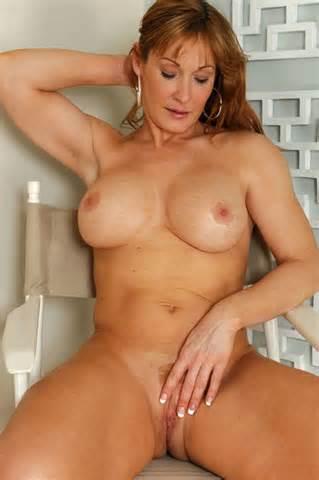 3051646 Sexy Hot Cougar Nude